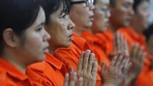 Des prières collectives ont lieu un peu partout en Malaisie pour les passagers du vol de Malaysian Airlines disparu dans la nuit de vendredi à samedi et dont on n'a toujours aucune trace.