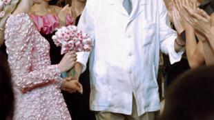 Hubert de Givenchy durante seu último desfile em Paris em 11 de julho de 1995