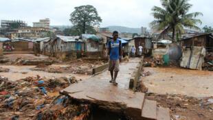 Dans le bidonville de Kroo Bay, à Freetown, régulièrement touché par les inondations pendant la saison des pluies, les habitants ont adapté leurs habitats et habitudes pour se protéger.