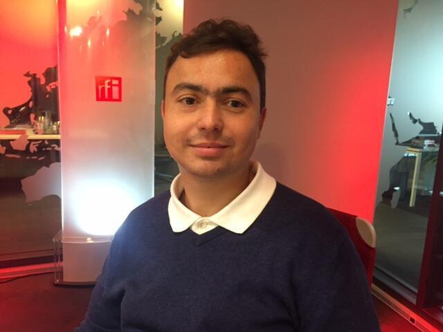 O poeta Lucas Guimareans nos estúdios da RFI em Paris.