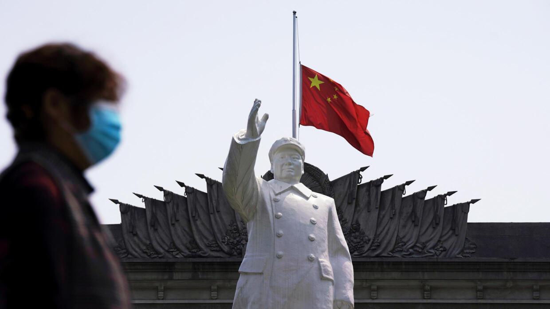 中国湖北武汉市广场上的毛泽东雕像