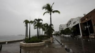 Las calles de Puerto Vallarta durante el paso del huracáb Patricia.