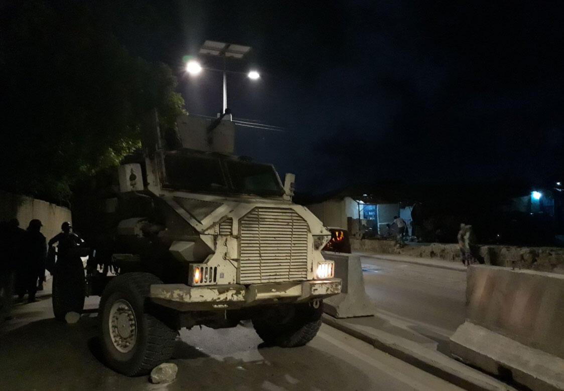 En patrouille de nuit dans les rues de Mogadiscio avec un convoi de la FBU, l'unité de police de l'AMISOM (juin 2019).