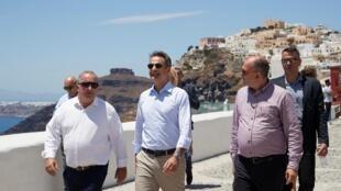 L'île grecque de Santorin, ses paysages, ses sites archéologiques... Le Premier ministre grec Kyriakos Mitsotaki (centre) s'est livré à une opération de promotion touristique de la Grèce, samedi 13 juin 2020.