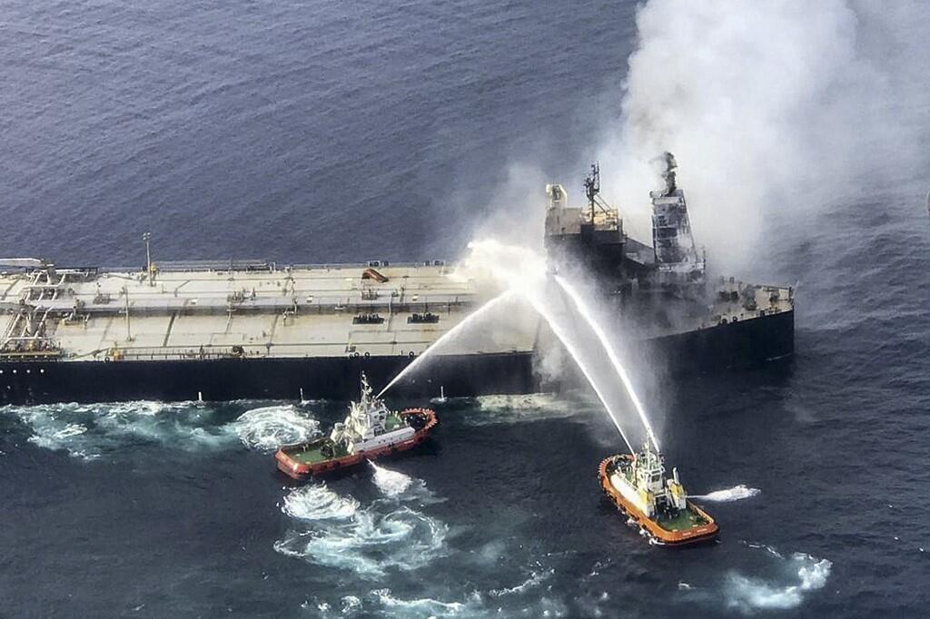 Des pompiers luttant pour éteindre l'incendie du pétrolier «New Diamond», au large du Sri Lanka, le 4 septembre 2020.