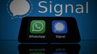 WhatsApp (logo verde, izquierda) tranquilizó a los usuarios sobre la privacidad al enfrentarse a servicios de mensajería móvil segura rivales como Signal.