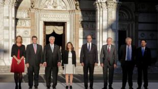 A representante da diplomacia europeia, Federica Mogherini (à esquerda), e os sete chanceleres do G7.