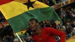 John Paintsil fête la qualification du Ghana, en quarts de finale de la Coupe du monde 2010, le drapeau à la main.