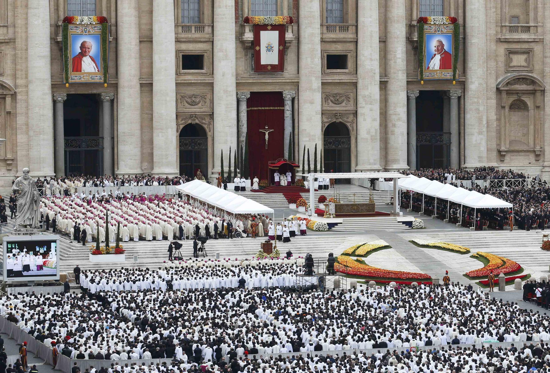Церемония канонизации Иоанна XXIII и Иоанна Павла II (портреты новых святых на фасаде Собора Святого Петра)