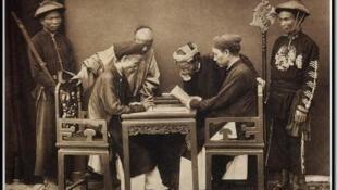 Sĩ phu Bắc kỳ (Lettrés annamites) ảnh của bác sĩ quân y Charles-Édouard Hocquard. Tonkin 1883-1886. Nguồn : Thư viện Quốc gia Pháp (Bibliothèque Nationale de France)