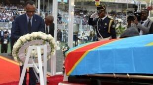 Le président rwandais Paul Kagame rend hommage à Etienne Tshisekedi lors d'une cérémonie à Kinshasa, République démocratique du Congo, le 31 mai 2019.