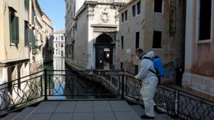 2020-04-25T000000Z_2050785626_RC2OBG9HO64B_RTRMADP_3_HEALTH-CORONAVIRUS-ITALY-BUDGET- VENICE