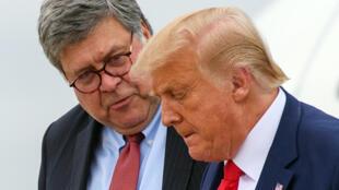 El fiscal general y el presidente de EEUU, Bill Barr (I) y Donald Trump (D), el 1 de septiembre de 2020 en la base de la fuerza aérea Andrews, en el estado Maryland