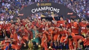 La sélection nationale du Chili célébrant sa victoire en Copa America en 2016 face à l'Argentine.