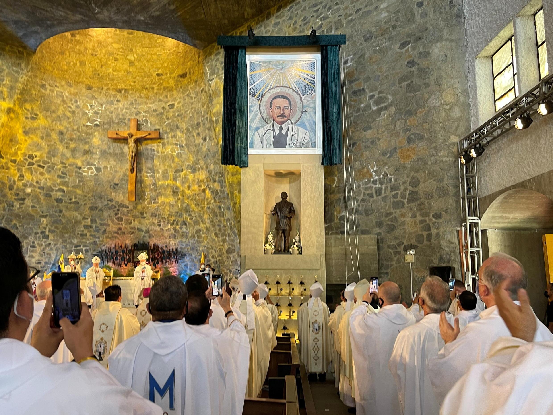Develan la imagen del ahora beato José Gregorio Hernández en la capilla del colegio La Salle La Colina, en Caracas, donde tuvo lugar la ceremonia de beatificación, 30 de abril 2021.