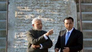 Conversation entre le Premier ministre indien Narendra Modi et son hôte chinois, le Premier ministre Li Keqiang, dans le parc du Temple du Ciel, à Pékin, le 15 mai 2015.
