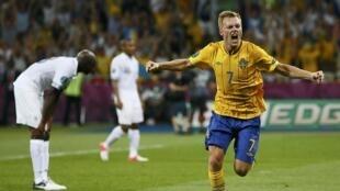 O sueco Larsson comemora gol contra França nesta terça-feira, em Kiev.