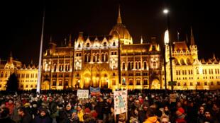 Manifestants devant le Parlement hongrois à Budapest, le 16 décembre 2018.