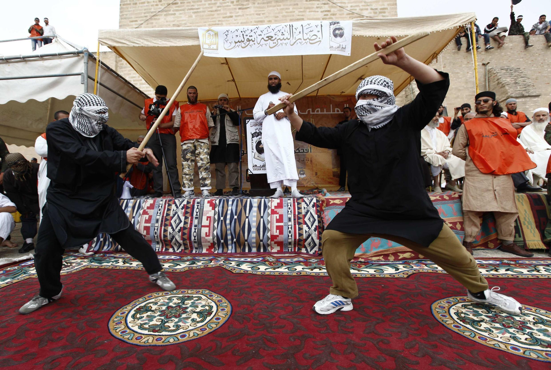 Démonstration d'arts martiaux lors d'un meeting salafiste à Kairouan, le 20 mai 2012.