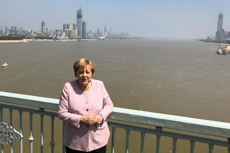 9月7日,默克尔在武汉长江大桥留影。