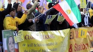 تجمع هواداران مجاهدین خلق در مقابل مقر اتحادیه اروپا، در دفاع از اردوگاه اشرف – بروکسل -  نهم آذر، ٣٠ نوامبر ٢٠١١