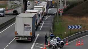 Des camions attendent de pouvoir franchir la frontière entre la France et le Royaume-Uni, le 13 mars 2019. Le secteur des transports est parmi les plus polluants dans le pays (Photo d'illustration).