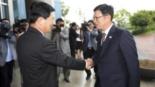 Trưởng đoàn đàm phán Hàn Quốc Suh Ho (T) đón tiếp đồng nhiệm Bắc Triều Tiên Park Chol Su, tại khu công nghiệp Kaesong, 10/07/2013