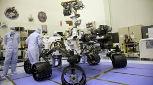 Des ingénieurs inspectent le robot Curiosity ou «Mars Science Laboratory» (MSL) à la Jet propulsion Laboratory de la Nasa à Pasadena, en Floride.
