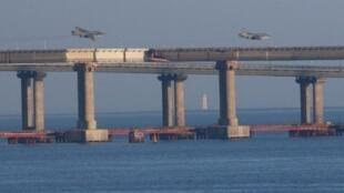 Российские реактивные истребители пролетают над мостом, соединяющим материковую часть России с Крымским полуостровом, после того, как три корабля украинского флота были задержаны Россией в Азовском море.