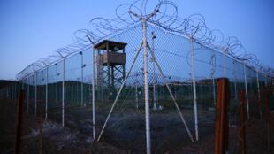 Hàng rào dây thép gai một trại giam ở nhà tù Guantanamo. Ảnh chụp ngày 21/03/2016.
