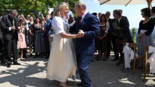 Глава МИД Австрии Австрии Карин Кнайсль и президент Российской Федерации Владимир Путин