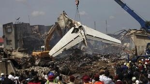 Une grue évacue la queue de l'appareil qui s'est crashé, le 3 juin 2012, à Lagos (Nigeria).