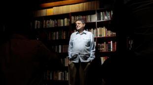 El escritor nicaragüense, Sergio Ramírez, Premio Cervantes 2017, posa en su oficina en Managua, Nicaragua, el 16 de noviembre de 2017.