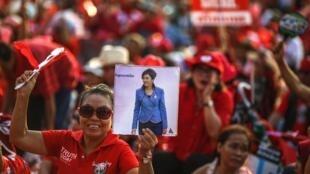 Một phụ nữ Áo Đỏ trương cao hình nữ Thủ tướng Yingluck Shinawatra trong cuộc biểu tình ngày 06/04/2014 tại tỉnh Nakhon Pathom, ngoại ô Bangkok.