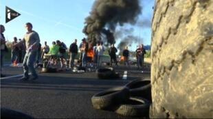 Pneus foram incendiados na autoestrada A1.