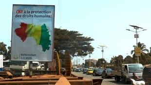 Une affiche électorale en faveur du «oui» au référendum sur le nouvelle Constitution à Conakry, le 24 février 2020.