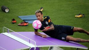 Neymar é o primeiro indicado na lista dos finalistas do prêmio Bola de Ouro.