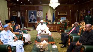 La délégation de la Cédéao en discussion avec Yahya Jammeh au palais présidentiel à Banjul, le 13 décembre 2016.