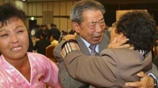 El surcoreano Min Ho-shik (centro), de 84 años, se abraza con su hermana menor Min Eun Shik, de 81, en el Monte Mungang resort, el 20 de octubre de 2015.
