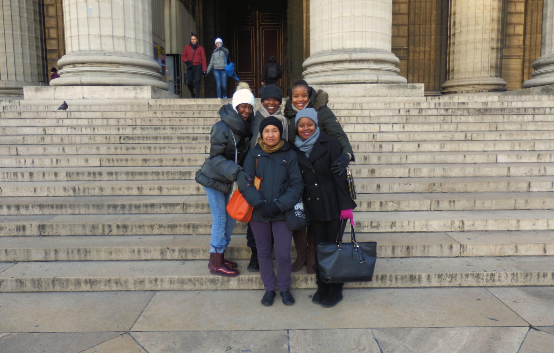 Des touristes afro-américaines découvrent avec leur guide Nawo Crawford du Black Paris Tour, l'église de la Madeleine où eurent lieu les funérailles de Joséphine Baker.