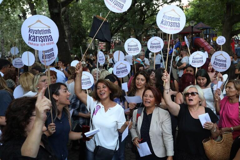 Tối 05/08/2017, hàng trăm người, đa phần là phụ nữ đã biểu tình tại Ankara, phản đối nạn hành hung quấy nhiễu nhắm vào phụ nữ.