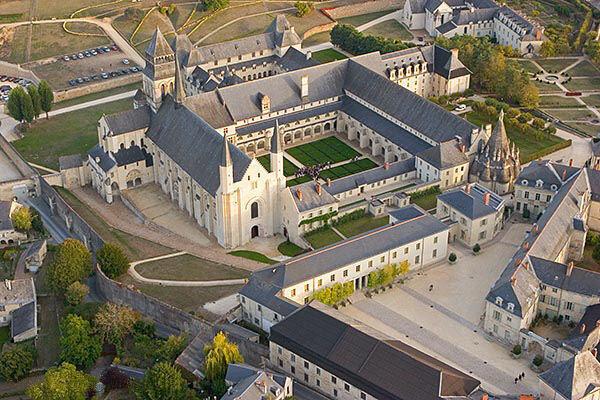 Vue aérienne de l'abbaye de Fontevraud en Touraine.
