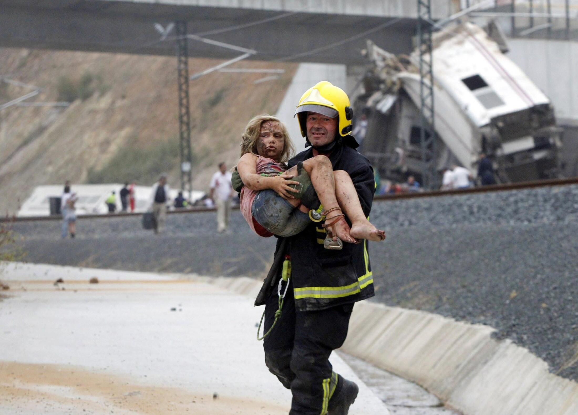Bombeiro carrega vítima do acidente de trem em Santiago de Compostela, na Espanha, no dia 24 de julho de 2013.