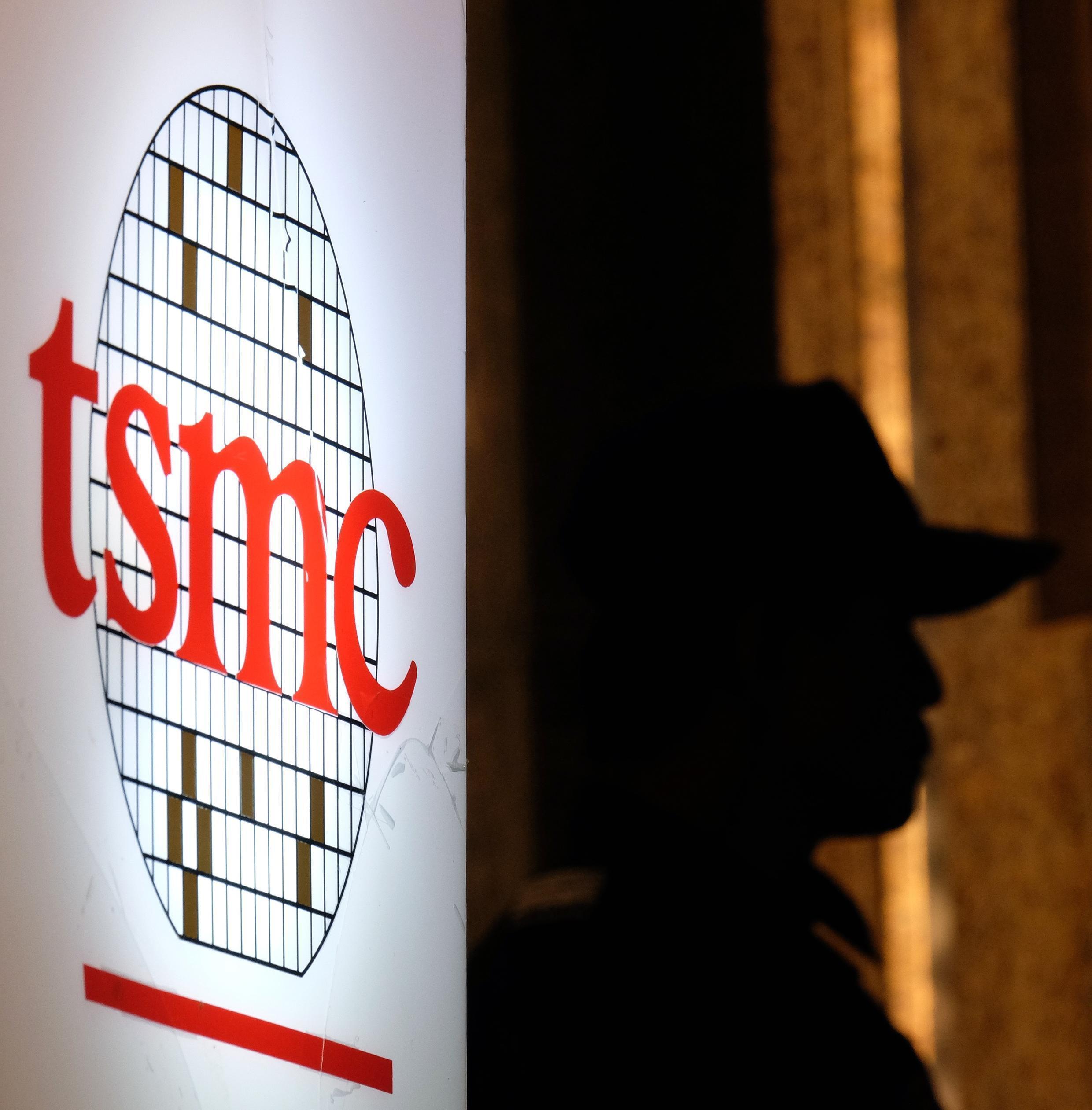 Un logotipo de la compañía taiwanesa TSMC durante una conferencia de inversores el 16 de julio del año 2014 en Taipei