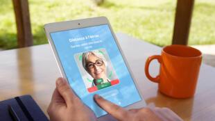 Une personne utilise Odysight sur tablette.