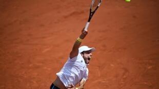 Roberto Bautista devuelve una bola a Henri Laaksonen durante el partido de la segunda ronda de Roland Garros disputado el 2 de junio de 2021 en París