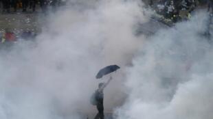 香港警察使用催淚瓦斯對付市民