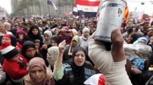 Des manifestants scandent des slogans hostiles aux militaires sur la place Tahrir au Caire, le 3 février 2012.
