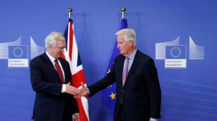 David Davis (g), le négociateur britannique, et Michel Barnier, celui de l'UE, à Bruxelles le 19 juin 2017.