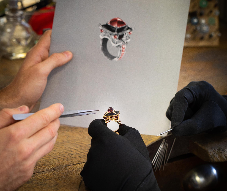 El anillo listo frente al dibujo del creador. Una gran satisfacción.